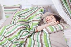 Sjuk kvinna med att vila för temperatur Arkivbilder