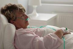 Sjuk kvinna med den nasala kanylen Arkivbild