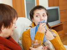 Sjuk kvinna med hosta genom att använda näsduken Fotografering för Bildbyråer