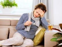 Sjuk kvinna med termometern Arkivbild