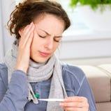 Sjuk kvinna med termometern Arkivfoton