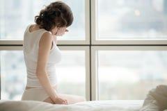 Sjuk kvinna på tidigt havandeskaputtryck Royaltyfri Foto