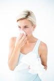 Sjuk kvinna som blåser henne näsa Royaltyfri Fotografi