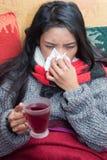 Sjuk kvinna som dricker te arkivbild