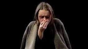 Sjuk kvinna som hostar in i handen som lider den smittsamma sjukdomen, tuberkulos arkivbild