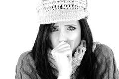 Sjuk kvinna som hostar isolerat känsligt sjukt i vinter Royaltyfri Foto