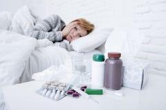 Sjuk kvinna som känner dåligt ligga dåligt på viruset för förkylning och för influensa för vinter för sänglidandehuvudvärk som ha Royaltyfria Foton