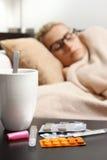 Sjuk kvinna som sover i säng Royaltyfria Bilder