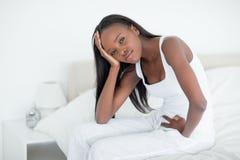 Sjuk kvinna som vaknar upp Royaltyfri Fotografi