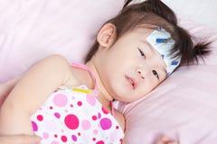 Sjuk liten asiatisk flicka Arkivfoton