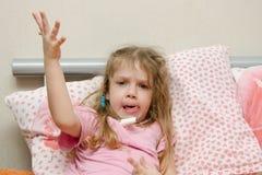 Sjuk liten flicka i ett dåligt lynne Arkivfoton