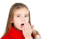 Sjuk liten flicka i rött isolerat hosta för halsduk arkivfoton