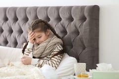 Sjuk liten flicka med silkespapperlidande från förkylning Royaltyfria Foton
