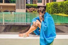 Sjuk manhandelsresande Mannen fångade en förkylning på semester, sitter ledset a royaltyfri foto