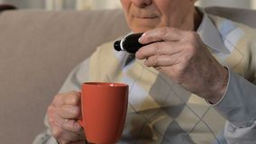 Sjuk pensionerad manlig drypa medicincloseup, gamlinghögt blodtryck, arrhythmia lager videofilmer