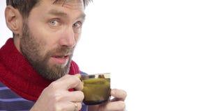 Sjuk skäggig hipster med förkylningar och varmt te för drinkar med citronen stock video