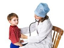 sjuk undersökande kvinnlig för pojkedoktor royaltyfria foton