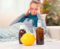 Sjuk ung kvinna hemma influensa arkivbild