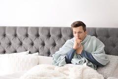 Sjuk ung man med hostalidande från förkylning Arkivbild