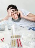 Sjuk ung man med influensa Arkivfoton