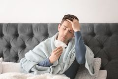 Sjuk ung man med silkespapperlidande från förkylning Royaltyfri Foto