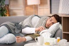 Sjuk ung man med silkespapperlidande från förkylning Arkivfoton