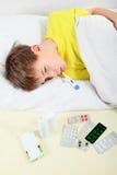 Sjuk unge i sängen Royaltyfri Bild
