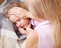 sjuka för filtbarnflicka slågen in little arkivfoto