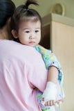Sjukdombarn i sjukhus, salthaltig intravenös (droppen) förestående asiat arkivbilder