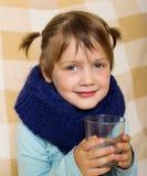 Sjukdomen behandla som ett barn flickan i varm halsduk Royaltyfri Bild