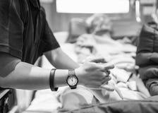 Sjukgymnastik övar för äldre tålmodig fot för ` s Royaltyfri Bild