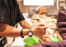 Sjukgymnastik övar för äldre tålmodig fot för ` s Royaltyfria Foton