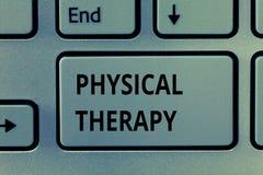 Sjukgymnastik för textteckenvisning Begreppsmässig fotobehandling eller analysisaging sjukgymnastik för fysiskt handikapp royaltyfri foto