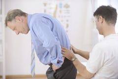 Sjukgymnastik: Physiotherapist och tålmodig arkivfoto