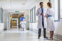 Sjukhus Corrido för doktors- & sjuksköterskaSenior Female Patient rullstol Fotografering för Bildbyråer