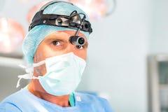 Sjukhus - doktor eller kirurg i fungeringsrum Royaltyfri Bild