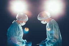 Sjukhus för medicinskt lag som utför operation Grupp av kirurgen på arbete i operationssalrum Sjukvård Royaltyfri Bild