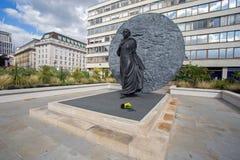 08/13/2017 sjukhus för St Thomas ` s, London, England, a-staty av svartbanbrytaresjuksköterskan, Mary Seacole med blommor som läm Royaltyfri Foto