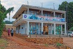 Sjukhus i Uganda Afrika på skymning Arkivfoton
