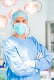 Sjukhus - kirurgdoktor i fungeringsrum Royaltyfri Fotografi