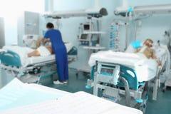 Sjukhus med patienter och den medicinska personalen Fotografering för Bildbyråer