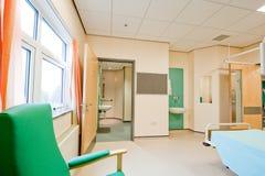 sjukhus som är modernt över lokalsikt arkivbild