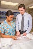 Sjukhusapotekare och märkande läkarbehandling för tech Arkivfoton