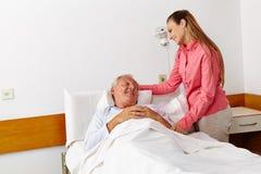 Sjukhusbesök från familjen för Arkivbilder