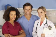 Sjukhusdoktorer och sjuksköterskastående Royaltyfri Bild