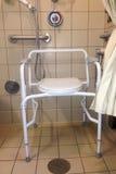 Sjukhusduschstall med sängkantbyrån Royaltyfri Foto