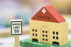 Sjukhuset det träToy Set och hastighetsbegränsningtecknet - spela fastställda Educatio Royaltyfri Foto