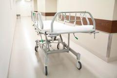 Sjukhusgurney eller bår på akutmottagning Arkivfoto