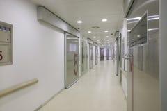 Sjukhuskirurgiområde med vita väggar. arkivfoton