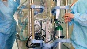 Sjukhusnödlägelag Doktorsbrådska som transporterar medicinsk nöd- utrustning arkivfilmer